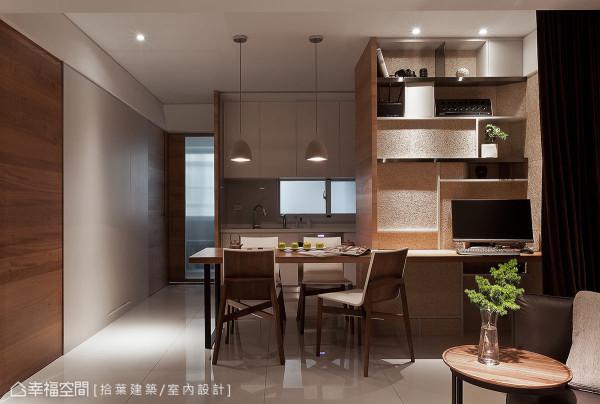 右侧计算机区的书柜以层板框出展示空间,相异质材交织出独有风格;左侧则沿着墙面通往阳台,让视觉随之延伸。