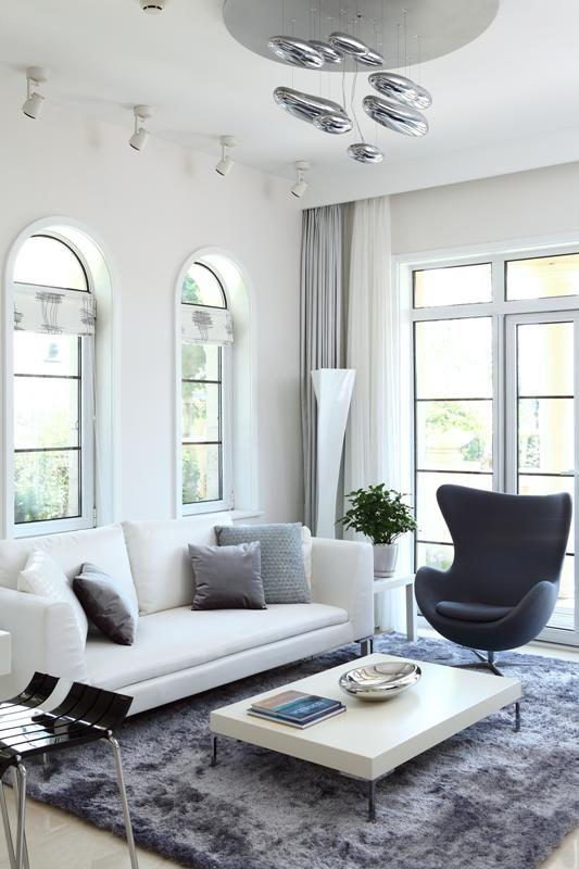不同功能空间的转换,室内与室外的转换,大量运用玻璃材质,对自然光线进行有效利用,增加了整个空间的通透感,同时又能欣赏到窗外的美景。
