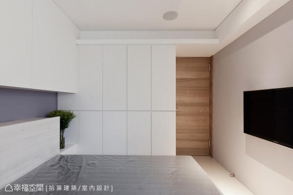 简约、净白成为主要的视觉风格,衣柜的安排巧妙修饰上方的梁柱结构。