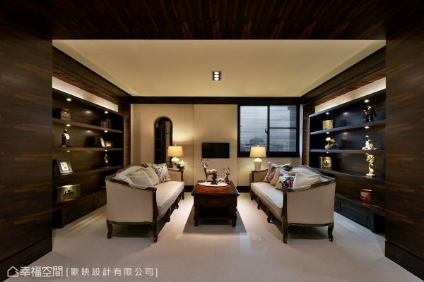 以大地色为基调,再搭配深色木质家具柜体,带出沉静的人文质感。