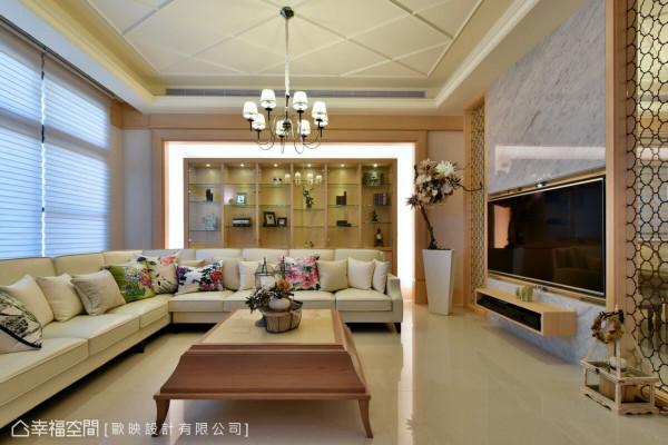 电视墙以大理石为材质,电视采用旋转设计,让后方的餐厅也能共享影音设备。