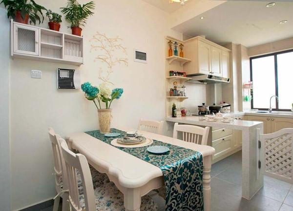 开放式厨房通透了空间,也让餐厅充满了阳光。