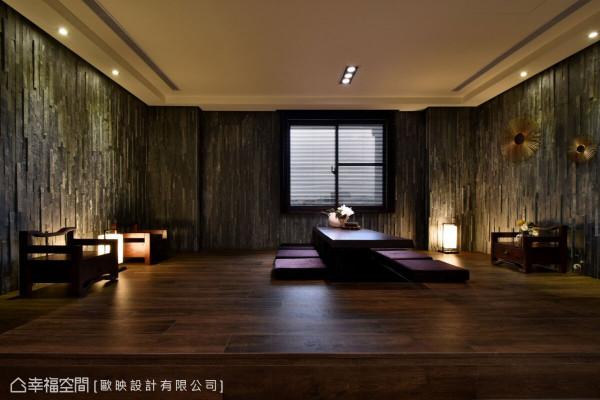 架高的木地板结合造型灯具的设置,再搭配板岩壁面,以及中式设计的家具摆设,围塑出禅风意境。