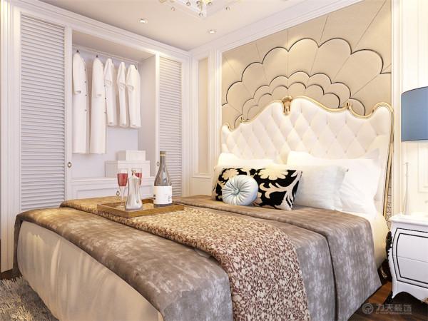 卧室床头为黄色系软包,弧形的切割工法,体现出华丽而丰富的视觉层次,床边放置白色柜体,将视觉分散与卧室空间两侧,达到平衡效果。整体空间南北通透,采光好,非常适宜居住。