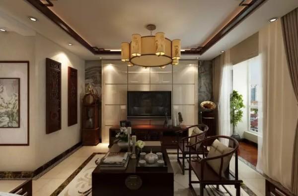 客厅色彩很丰富却不显得眼花缭乱,舒适的金黄色刺绣沙发,前面是深色与亮蓝色的古典太师椅