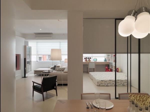 主墙使用白色烤漆玻璃方便清洁,可以尽情发挥创意涂鸦。客厅旁边的多功能房间,它可以是小孩房、可以是游戏间、可以是书房、甚至是客房,利用玻璃隔间的拉门把自然採光带进了原本採光不良的餐厅。