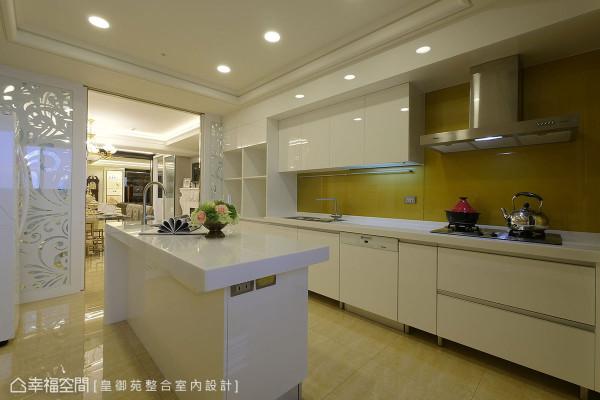 金色的烤漆玻璃搭配白色的厨房意象,让厨房空间感扩大延伸,进驻的中岛与依功能不同分开使用的水槽,让烹饪更有效率!