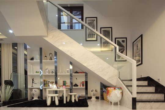 利用楼梯间的角落里设计展示柜放置休闲椅以及小桌几,可以为室内带来图片