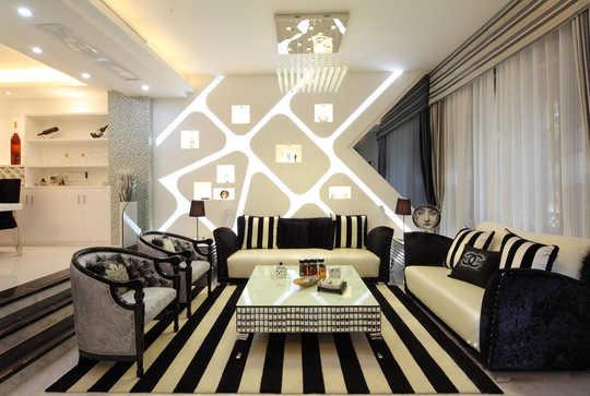 纯白色的地砖,通过黑色的相间搭配出一种低调优雅气质。是白色中的完美点缀。灯光照射下来,黑白的后现代沙发,加上黑白条纹的抱枕,配上同色系同款式的地垫,深邃经典的贵族气息完美地表现出来