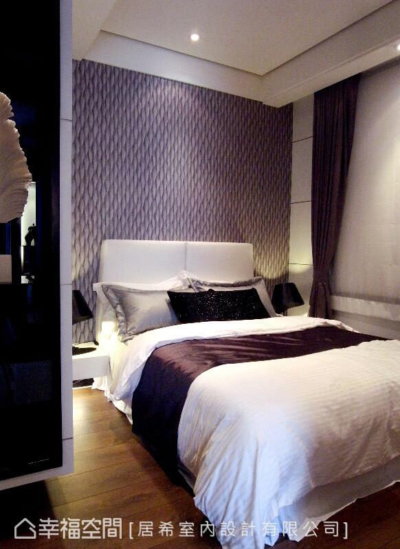 床头板铺贴进口羽毛图案壁纸,凝聚视觉焦点,藉此修饰阔度不宽的缺点。