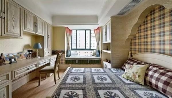 阁楼可以这么装!一个大电视和沙发,一个私人的家庭影院就完成了。