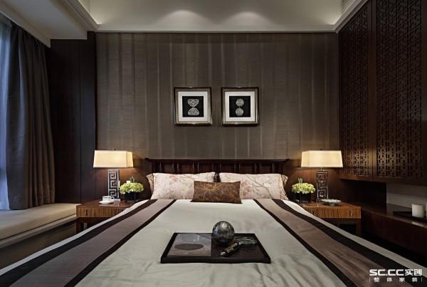 卧室最能够让疲惫的身躯得到彻底放松,决不能背离这个主题。卧室延续了客厅的简中风格,没有中式的严肃,也没有现代的浮华,复古的家具和台灯、柔软的飘窗床垫,完美地填充了整个卧室。