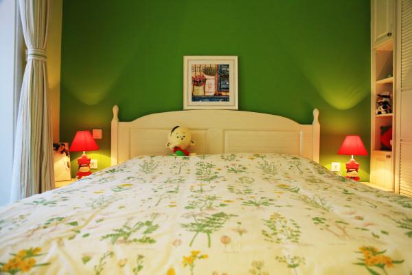 选用了与餐厅相同的欧式风格的象牙白色的家具,形成和谐美;床铺上的图片