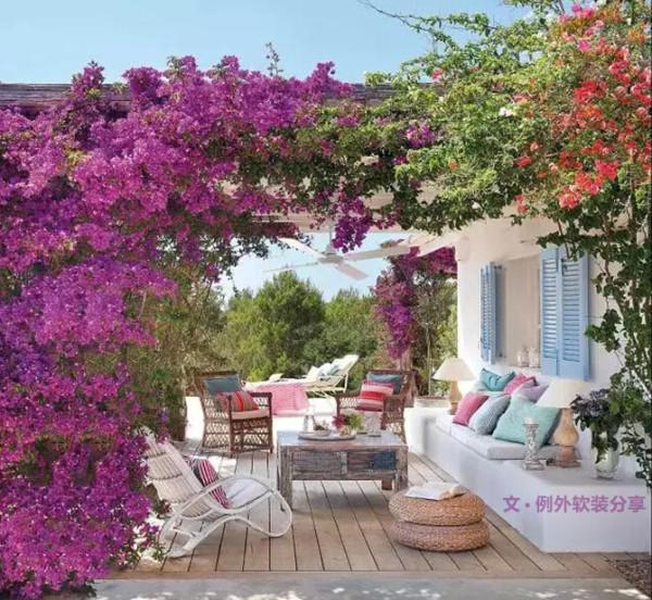简单的几把木制躺椅,遮阳伞,藤制沙发,小茶几,顿时就让整个庭院丰富起来,鲜活的柠檬黄、薄荷绿让心情格外舒畅。让户外家私掩映在藤蔓草木之中,感受贴近自然的惬意。