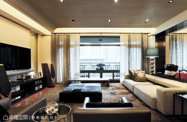 天花板选用日本和服布料的质感,并以古代帝王的帽檐为造型,让空间高度有无限延伸与想象。