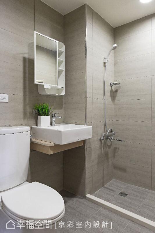 考虑使用频率不高,仅以门坎区隔干、湿两区域,搭配装设浴帘,也能带来绝佳的干湿分离效果。