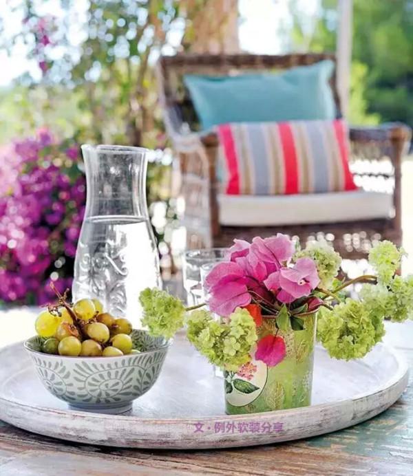 地中海风格的庭院色调更加的清爽、舒适,蓝色与红色的搭配更加活泼,大片大片的紫藤,让气氛更加的浪漫。在这样的场景下,享受一份早餐或是下午茶,该是多美妙的一件事啊!