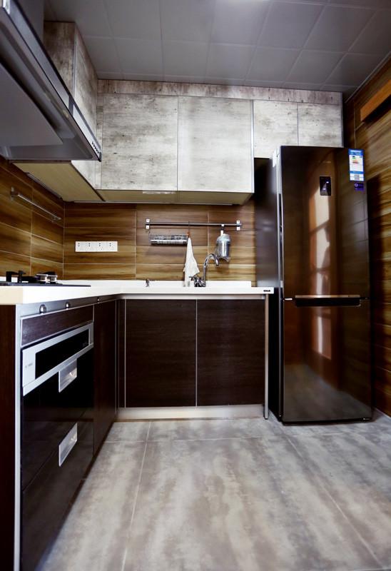 地板换成了灰色的地板砖,好处是耐脏、防滑。