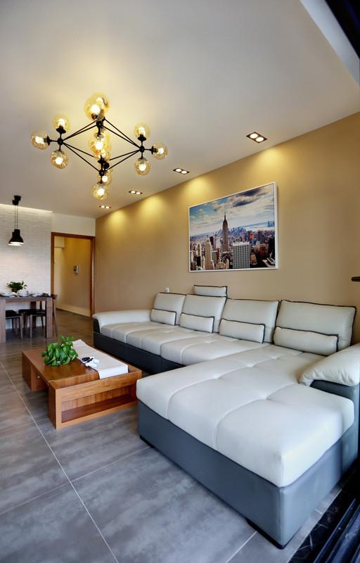 客厅沙发业主选择了真皮沙发,白色黑边。真皮沙发的优点是大气、时尚,而且比较好清洗。