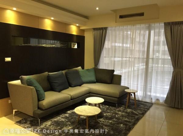 沙发背墙的上、下段落皆以浅木色做搭配,有效平衡视觉感受,不显压迫。