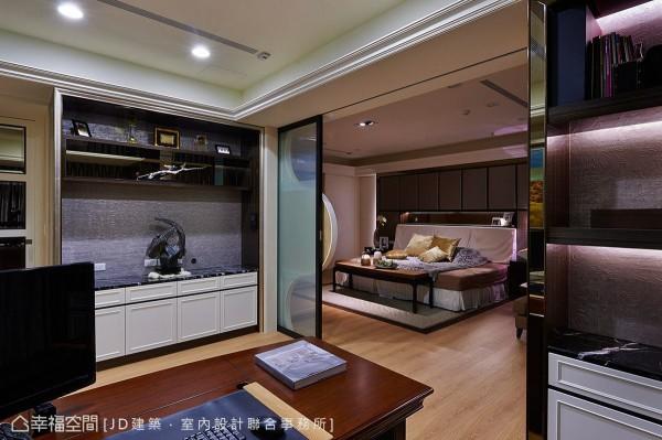 设置在主卧室内的书房,以半开放式设计规划,保有空间灵活运用的弹性。