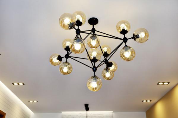客厅艺术吊灯,星型的铁艺灯架,柔和的灯光,让温馨和艺术同在。其实这样的灯具造型,更像是发光的水晶球。