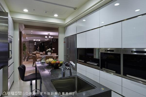 采意大利式的设计规划,门片与接缝皆经过美化处理,简洁利落的线条维持空间清爽整洁。
