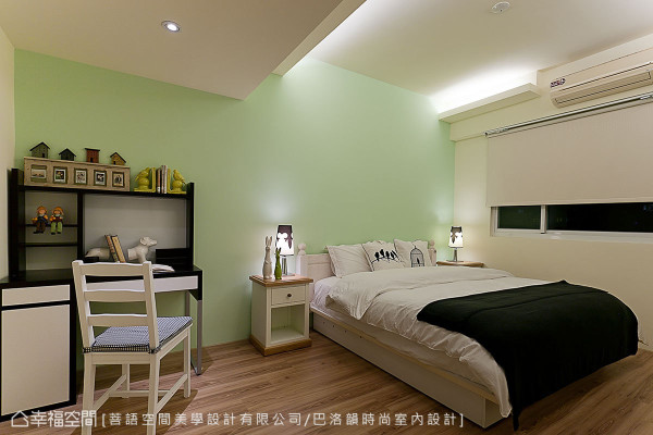 添入一抹柔和粉绿,并订制间接照明的天花板层次,诠释简约舒适的卧房风情。