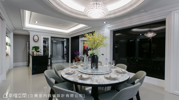 圆满意象的天花线板及圆桌,映衬钢烤及黑玻的视觉主墙,让迎宾宴客时增添华美氛围。
