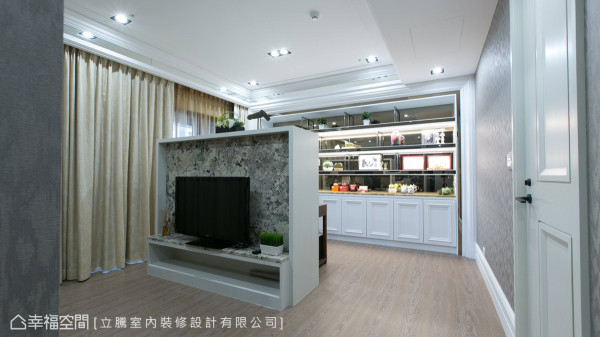 电视短墙以回字的动线,联结后方的开放式书房,也让屋主行走更加顺畅。
