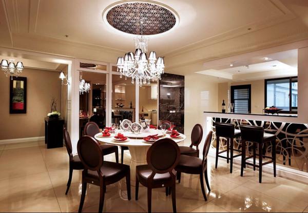 餐厅除了与开放厨房结合运用外,侧边镜墙的设计也让空间有反射放大的加乘效果