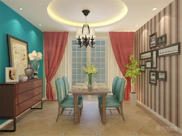 餐厅的设计简单大气,条色壁纸和蓝色墙壁照应客厅基础色调。亮点在于红色帘子和白色门的搭配。