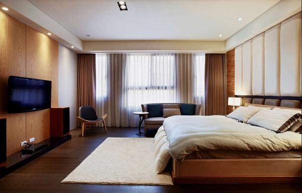 叁楼主卧室延续低调而自然的空间风格,单纯的休憩设计与简单的聊天、视厅机能让主人更能放鬆