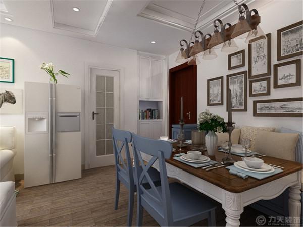 在餐厅的设计中,使用了田园风格的餐桌,以及卡座的设计都体现了一种静谧的感觉。