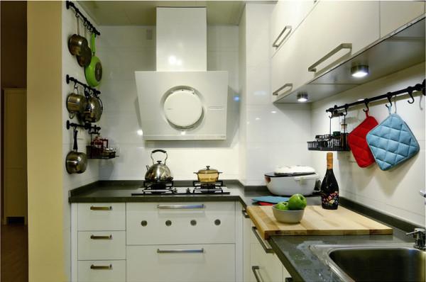 保利花园毛坯房实创装修的,厨房干净明亮