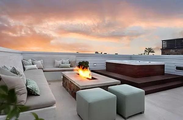 在建筑消防规范允许的前提下,你可以安装一个火坑,进行篝火晚会。