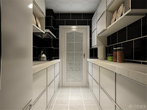厨房为白色的吸塑面板整体橱柜,搭配黑色调的墙砖,简单时尚美观