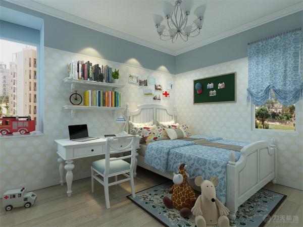 主卧室没有做过于复杂的吊顶,石膏线圈边叠级造型。墙面使用壁纸装饰。儿童房墙面做了分区造型,上面刷蓝灰色乳胶漆,下面使用黄色壁纸做装饰。顶面造型和主卧室一样。