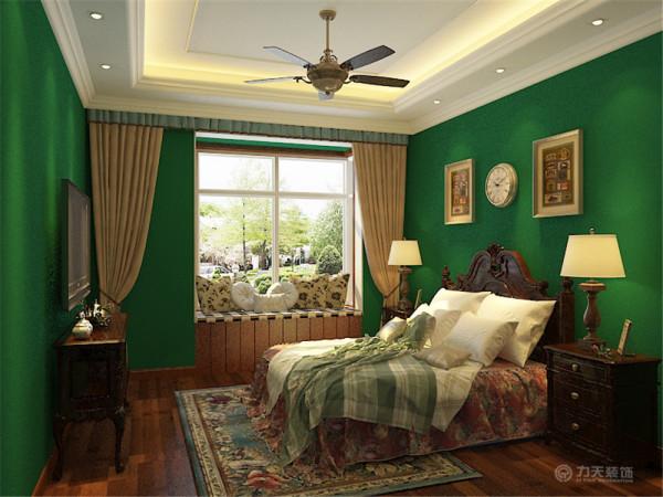 主卧采用大胆的深绿色配以木色踢脚线地板和家具更加自然更加大气吊顶同样为回字形吊顶增强层次。