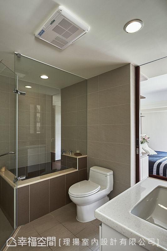 加大主卧卫浴空间,以饭店式的机能规划满足屋主的小小梦想。