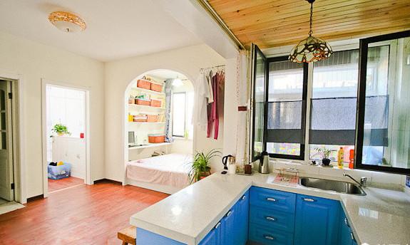 地台榻榻+创意收纳,很好的节省了空间,让空间布局更加合理。白灰泥墙、连续的拱廊与拱门,陶砖、海蓝色的屋瓦和门窗。让我看到了那一抹最亮的蓝,沁人心脾。