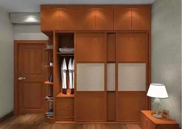3:包梁包柱衣柜如水般无孔不入 适合房型:多梁多柱房型 定制衣柜能将卧室的梁和柱很好的包容进去,通过这张衣柜效果图能简单明了的看到包住的那部分横梁和柱体完美的被修饰掉,兼具美观和增大收纳度。