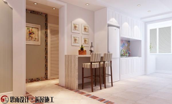 雅白的空间总能给人带来舒适和缓的感觉,整体吧台设计线条优雅极具特色,同时也为空间增加了几丝缤纷灵动的色彩,大气中显细腻,繁花似锦中深藏简约平实。斯为雅室,居者德馨。