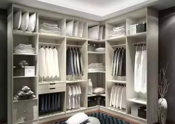 2:到顶延伸衣柜每丝空间都争取 适合房型:所有房型 到顶延伸衣柜,从卧室空间量身定制衣柜,使得每丝每毫空间都使用率达到100%,同时采用趟门衣柜相,对于传统掩门衣柜,更加符合空间物理学。