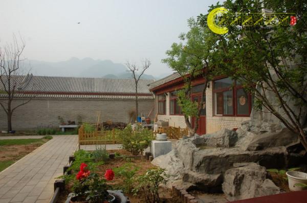 北京东方晨光装饰有限责任公司十年专注四合院装修、四合院设计、中式仿古装修设计,结合传统建筑文化的精华,用现代先进的技法和技术,来打造独具中国特色和韵味的家居生活环境。
