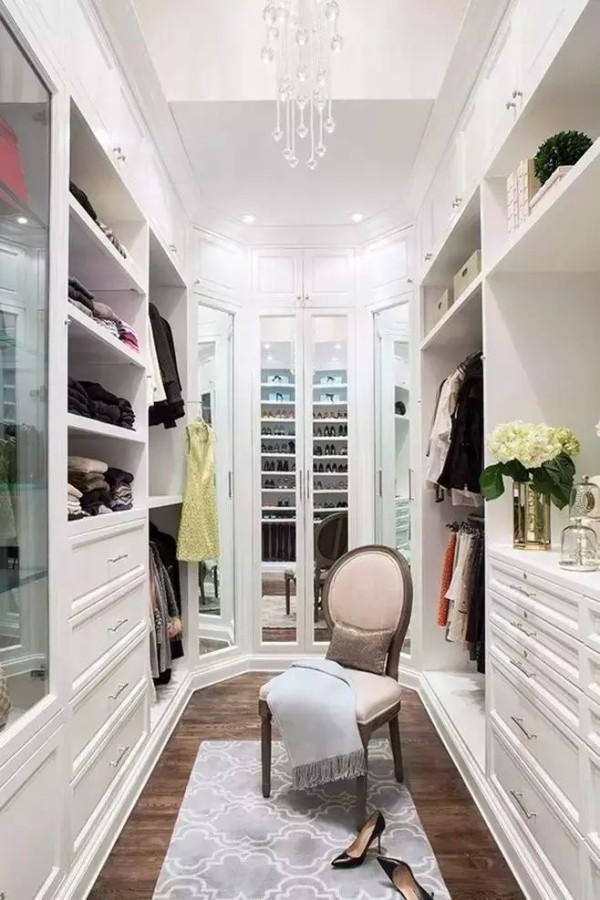 在家居装修设计中,最珍贵的就是空间利用,可谓是寸土寸金,而衣柜如果设计得好,不仅可以节省空间,还能收纳很多东西