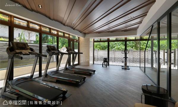 延续大厅天花的波浪视觉,渐层的木纹堆栈与延伸,让置身健身房的人们,彷佛在大自然里律动肢体。