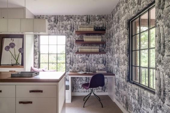 ▲整个阅读室的壁纸选用无意是一个亮点,看似花哨却与简单的家具装饰融为一体,一旁明亮的窗台也改造成可以阅读的区域,坐在窗台边享受着自然光的美好阅读一本好书,是不是很美妙