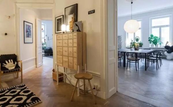 Agaton尽量保证家中充足的视野,宽敞的客厅也节省空间,直接在墙上设层板书架;