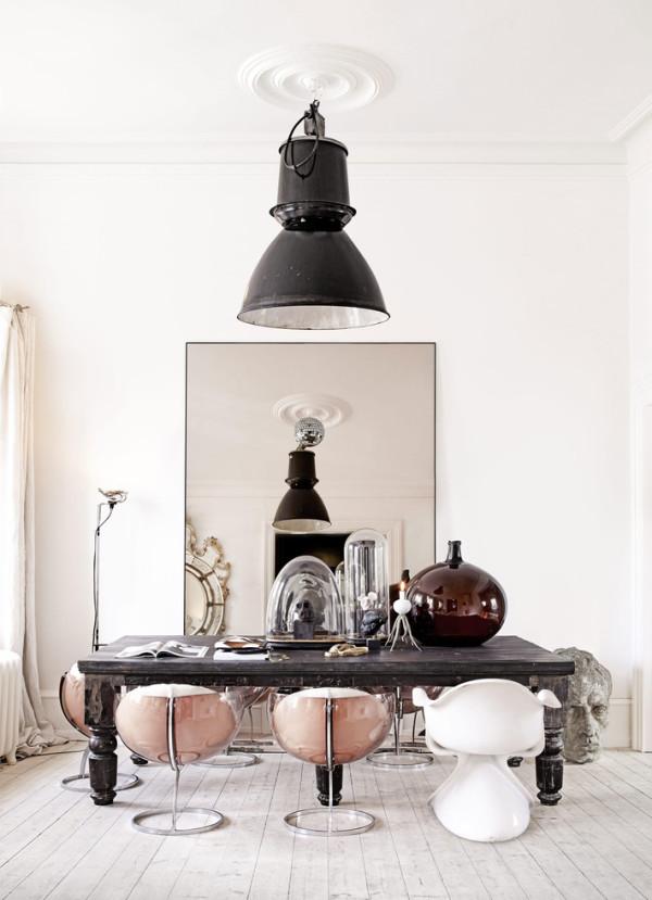 Nylander还擅长在镜子上玩花样,家里随处可见一些大面的复古镜子,在上面挂上家庭的肖像、或不同摄影作品,别有风味。